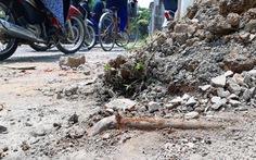 Dân phàn nàn tổ xử lý vỉa hè làm vỡ ống nước