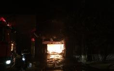 Gara ôtô bốc cháy với nhiều tiếng nổ lớn