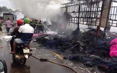 Xe tải bốc cháy dữ dội trên quốc lộ 14