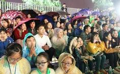 Đội mưa xem khai mạc Festival Nghề truyền thống Huế 2017