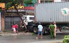 Xe container lùa hàng loạt xe rồi lao vô nhà dân, 1 người chết