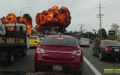Máy bay xẹt qua đường, phát nổ trên đầu xe hơi
