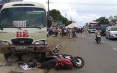 Xe khách lùa 2 xe máy hơn chục mét, 1 người chết tại chỗ