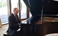 Ông Putin trổ tài chơi piano khi chờ ông Tập
