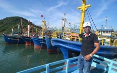 Kiểm tra lại máy tàu vỏ thép cho ngư dân Bình Định