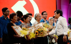Gần 600 đảng viên nhận huy hiệu Đảng dịp sinh nhật Bác