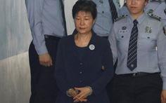 Cựu tổng thống Park Geun Hye bị còng tay ra tòa