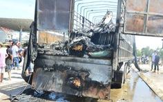 Xe tải cháy rụi ngay trạm thu phí