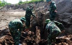Xử lý an toàn quả bom 'khủng' dưới chân đê sông Luộc