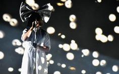 Julianne Moore và Sia chung tay làm video ca nhạc chống HIV