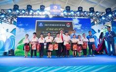 Mê Trang trao học bổng và xe đạp cho học sinh nghèo vượt khó