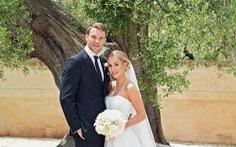 Thủ thành Neuer chống nạng trong đám cưới