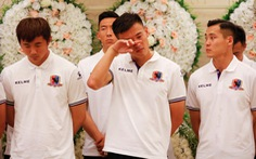 Cầu thủ và CĐV đội Beijing Enterprises rơi lệ tiễn đưa Tiote