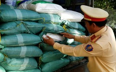 Tài xế khai chở đường, cảnh sát kiểm tra thành... bột ngọt Trung Quốc