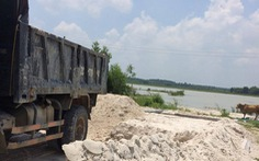 Bắt quả tang xe chở cát trộm lòng hồ Châu Pha
