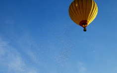 Rải tiền từ khinh khí cầu để gửi thông điệp về cơ hội kiếm tiền?