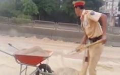 CSGT mồ hôi ướt áo cùng dân dọn cát