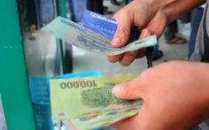 Ngân hàng 'nhấp nhổm' tăng phí ATM: Nhiều ý kiến khác nhau
