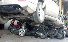 Tài xế nhầm chân ga, ôtô lao lên lề đè bẹp 12 xe máy