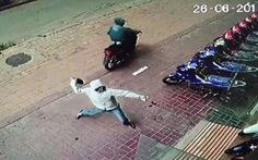Hàng loạt cửa hàng xe máy bị ném 'bom bẩn'