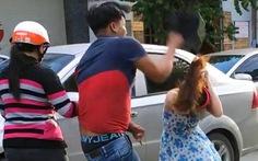 Nam thanh niên đập mũ bảo hiểm vô đầu cô gái giữa đường
