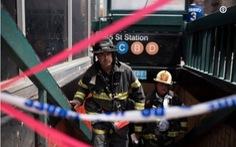 Tàu điện ngầm New York trật đường ray bất ngờ