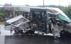 Hai xe 16 chỗ đấu đầu, 2 người chết, 13 người bị thương