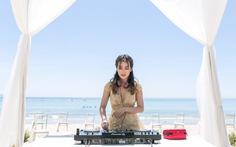 Trang Moon mặc áo cưới, chơi DJ trên biển Mỹ An