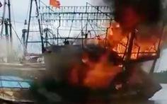 Tàu cá cháy ngùn ngụt ở cảng Lạch Quèn