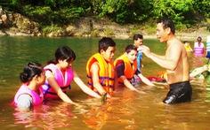 Ngăn sông dạy bơi cho trò
