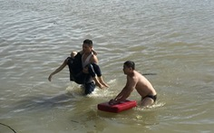 4 người cứu cô gái nhảy cầu tự vẫn, 1 người mất tích