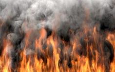 Tẩm xăng đốt vợ vì nghi nhắn tin cho người tình