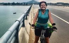 Cần một nghĩa cử đẹp với cô gái nước ngoài đạp xe xuyên Việt