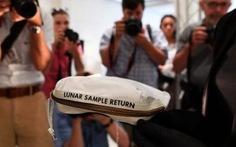 Túi đất lấy về từ Mặt Trăng bán được 1,8 triệu USD