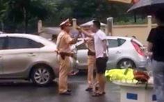 Chạy xe vi phạm còn dùng gậy golf tấn công cảnh sát?