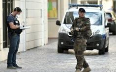 Pháp bắt nghi phạm tông xe vào binh lính