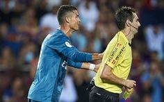 Đẩy trọng tài, Ronaldo bị treo giò 5 trận
