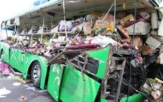 Xe kéo rơ-moóc tông xe khách, 5 người chết