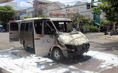 Xe khách bốc cháy giữa thành phố, 6 người thoát nạn