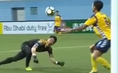 Video clip thủ môn Nguyên Mạnh gãy tay kinh hoàng