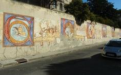 Carcassonne - Đọc lịch sử trên tường thành