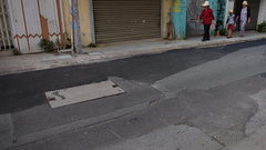 Mặt đường Sài Gòn vá chằng, vá đụp sau ngầm hóa lưới điện