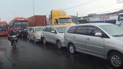 Va chạm liên hoàn giữa 5 ôtô, cửa ngõ phía Tây TP.HCM ùn ứ