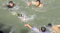 Hơn trăm thanh niên đuổi bắt vịt trên sông nước miền Tây