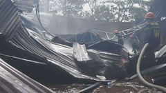 Xưởng sơn cháy lớn, dân hốt hoảng đem tài sản ra ngoài