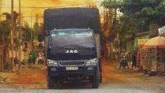 Xe tải chở 1.000 lít axit rò rỉ bốc khói, người dân tháo chạy