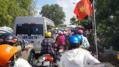 Video: Hàng trăm ngàn người du xuân về vùng Bảy Núi, kẹt xe nối dài trên quốc lộ