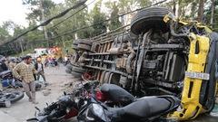 Video: Xe tải chở đầy bia trôi tự do ở Đà Lạt, tông nát hàng loạt xe máy