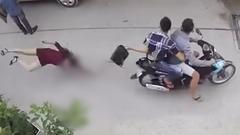 Video: 2 tên cướp giật túi xách làm người phụ nữ đập đầu xuống đường ở TP.HCM