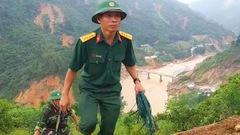 Video: Phóng viên Tuổi Trẻ theo chân đoàn cứu nạn tiếp cận khu vực sạt lở Phước Sơn
